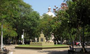 El Pantéon Y La Plaza De Los Héroes En El Fondo De La Plaza De La Democracia