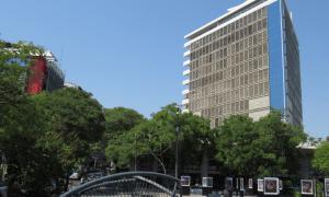 Hotel Guaraní Desde La Plaza De La Democracia Reducida