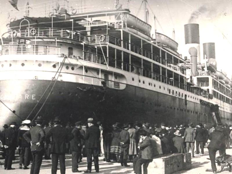 Inmigrante - Barco repleto en puerto