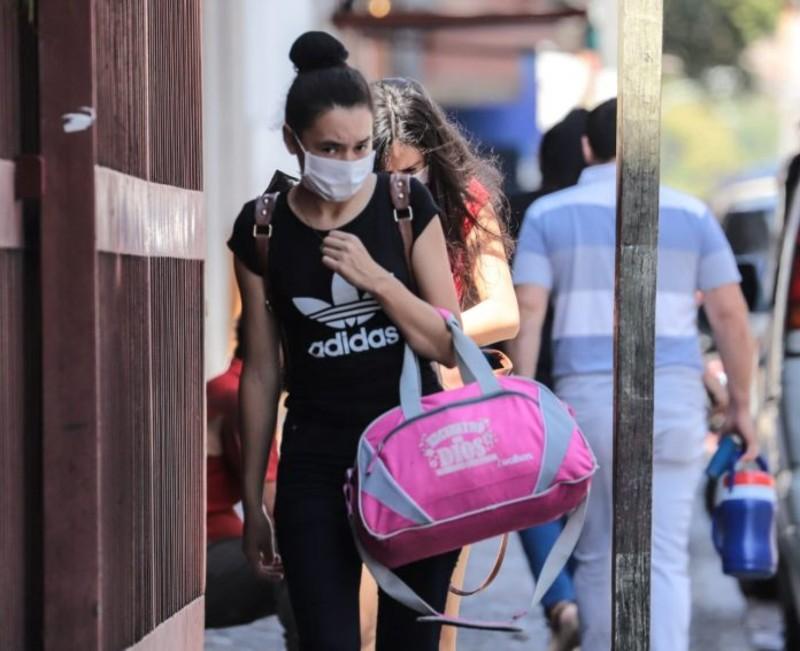 Pandemia en Paraguay - Joven Con Barbijo