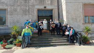 Familiari della maestra Salvina per la donazione della statua