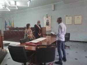 Doja Besnik nella sala consiliare del comune di Biancavilla