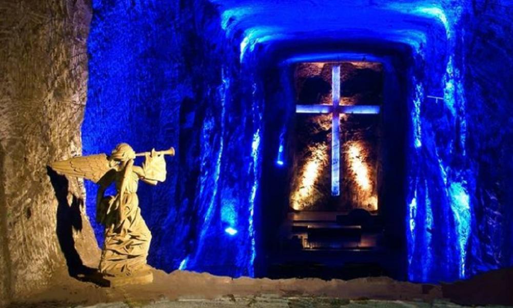 Catedral de sal - Escultura Y Cruz Tallada En Roca Salina