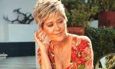 La cantante Andrea Tessa en búsqueda - Vestido Flores