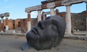 El apocalipsis según Pompeya y Herculano - Escultura Instalada Entre Las Ruinas