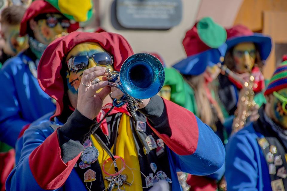 Carnevale con la sfilata di figuranti