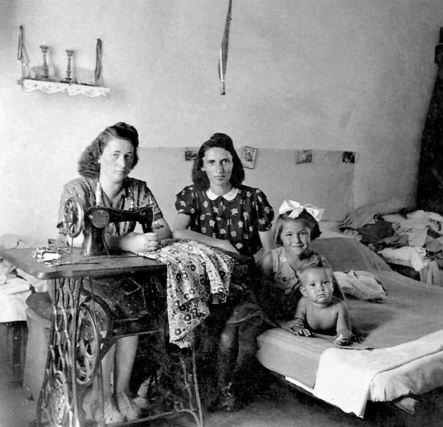 Sarte E Bambini In Campi Concentramento