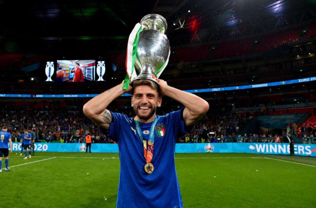 Solleva La Coppa domenico berardi