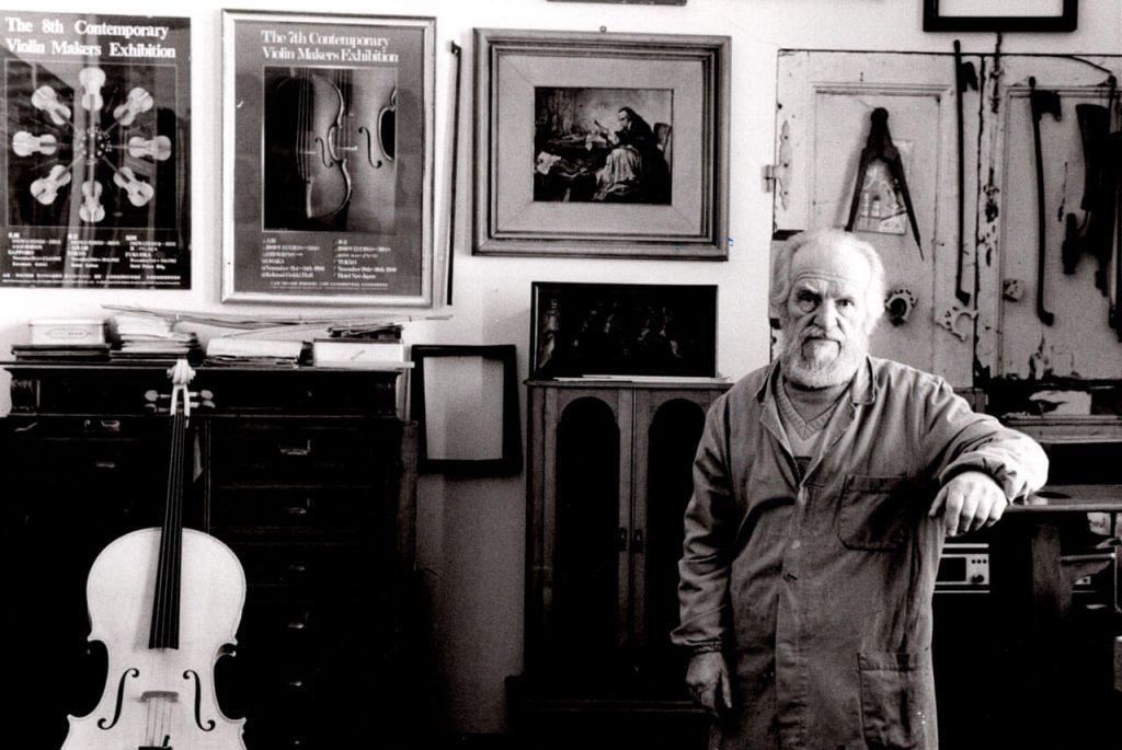 Elisa Scrollavezza scuola di liueria - il maestro Scrollavezza in posa per una fotografia