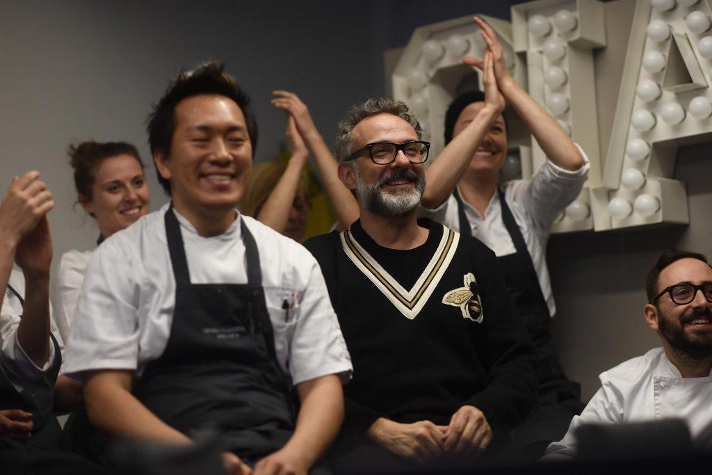 Il miglior ristorante al mondo è quello di Massimo Bottura, inquadrato in foto insieme ai suoi cuochi