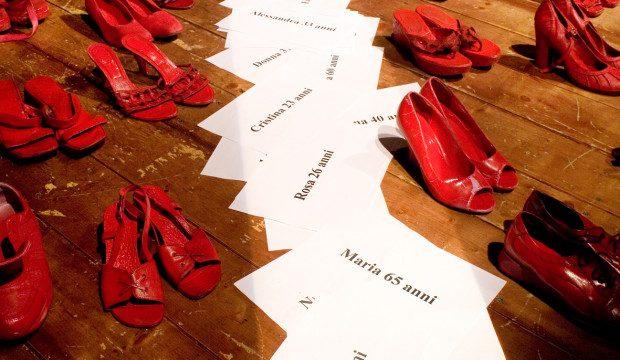 scarpe rosse simbolo della violenza sulle donne basta alla violenza scarpe rosse simbolo della violenza