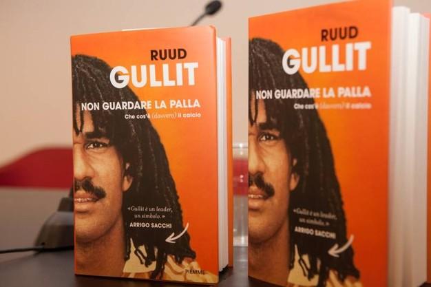 """Non guardare la palla"""" di Ruud Gullit: una lezione di calcio italiana"""