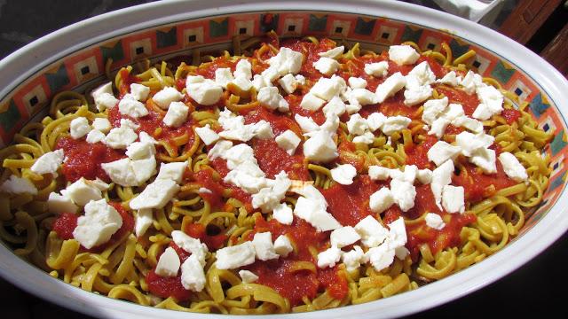 pasta alla parmigiana in semi preparazione quasi pronta per la degustazione