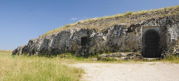 Grotte scavate nella roccia calcarea