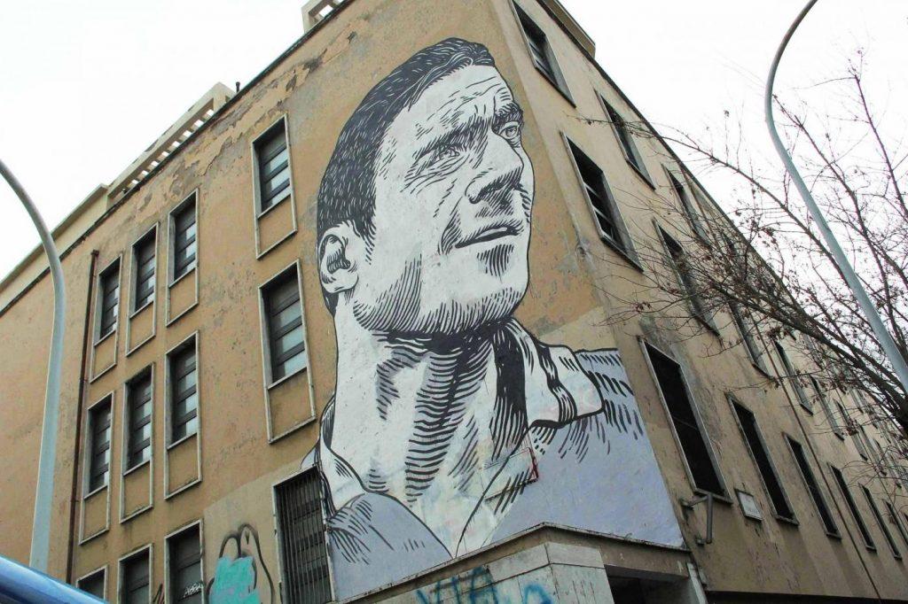 francesco totti murales dedicato al campione giallorosso che smette con il calcio giocato