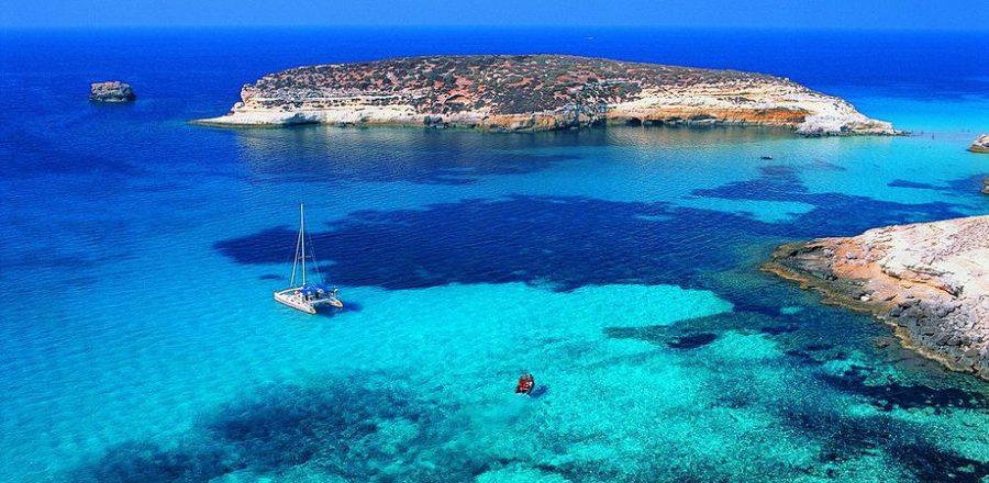 Scenari da cartolina ed un'acqua cristallina che attira turisti da tutto il mondo. Questa è Lampedusa