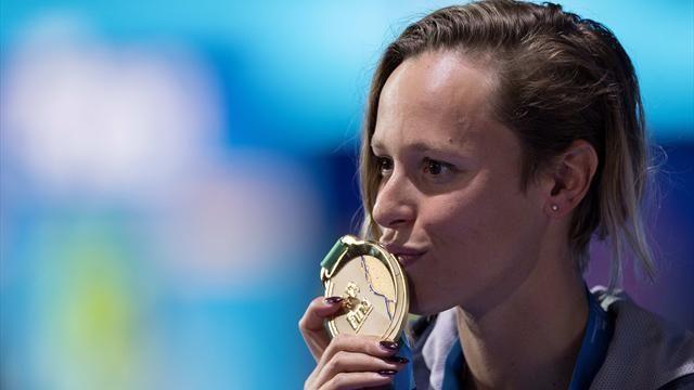 Federica Pellegrini bacia l'oro conquistato
