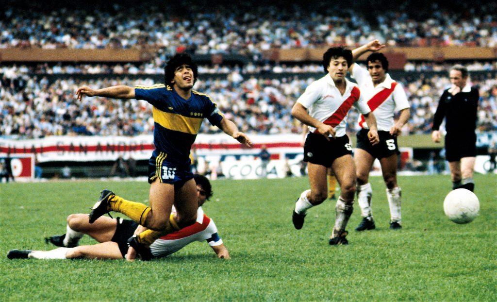 Diego Armando Maradona nel Super clasico con la maglia del Boca Juniors