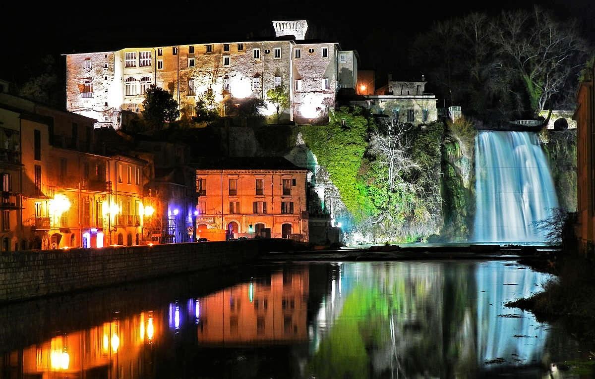 Isola del Liri: le meravigliose cascate in pieno centro storico ...