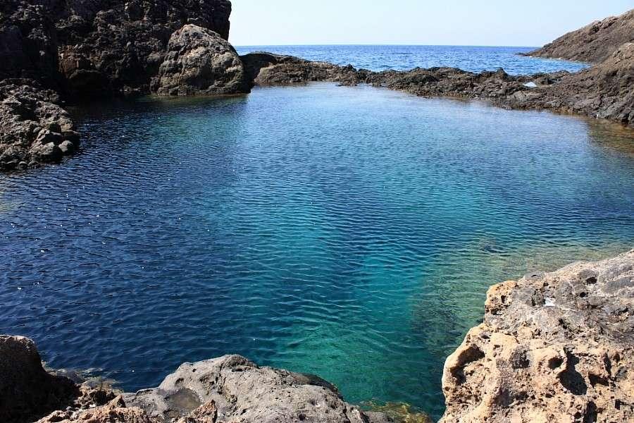 Ustica è soprattutto mare, paradiso incontaminato con acque cristalline in cui tuffarsi