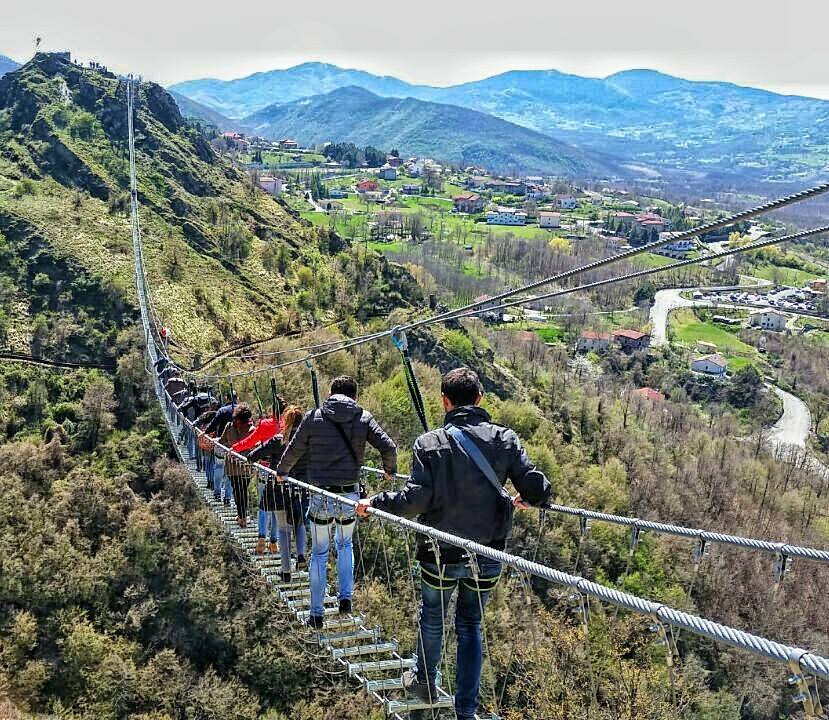 Si tratta di un percorso lungo 300 metri e sospeso tra due versanti di una valle a 120 metri d'altezza