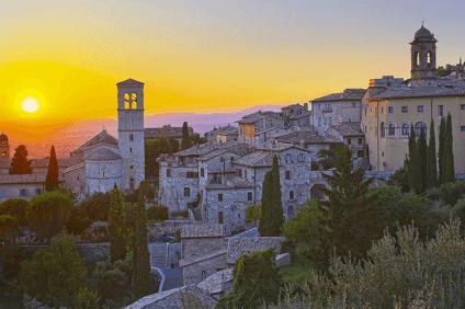 Famosa nel mondo per aver dato i natali a San Francesco e Santa Chiara, Assisi è una delle città più visitate dell'Umbria.