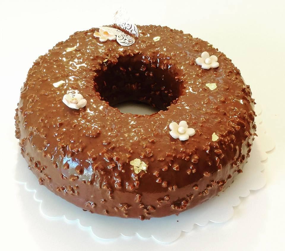 splendido cake glassato decorato con fiorellini