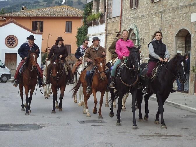 Un percorso a cavallo che tocca Gubbio, Valfabbrica, Nocera Umbra ed Assisi, facendo tappa nei luoghi simbolo di San Francesco.