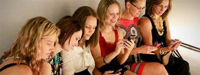 """Benvenuti nell'era del """"villaggio 2.0"""", in cui blog, community, gruppi Facebook e pagine Instagram sostituiscono le grandi famiglie di un tempo"""