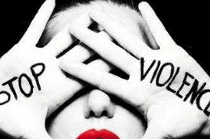 Quando la violenza prende il posto di abbracci e carezze, i colori sbiadiscono e ne resta solo uno: il blu dei segni sulla pelle. Stop!