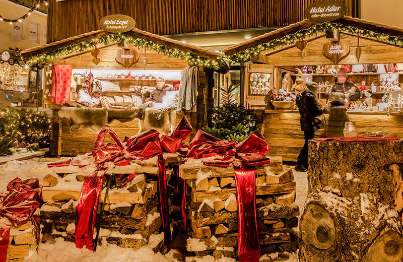 La particolare atmosfera natalizia del centro innevato di Ortisei porta i visitatori a sognare ad occhi aperti nei mercatini di Natale.