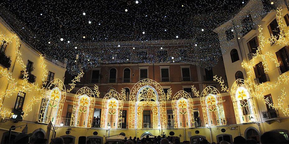 Le strade e le piazze di Salerno, infatti, ospitano fino al 21 Gennaio prossimo, ogni giorno, dalle 17, Luci d'Artista,