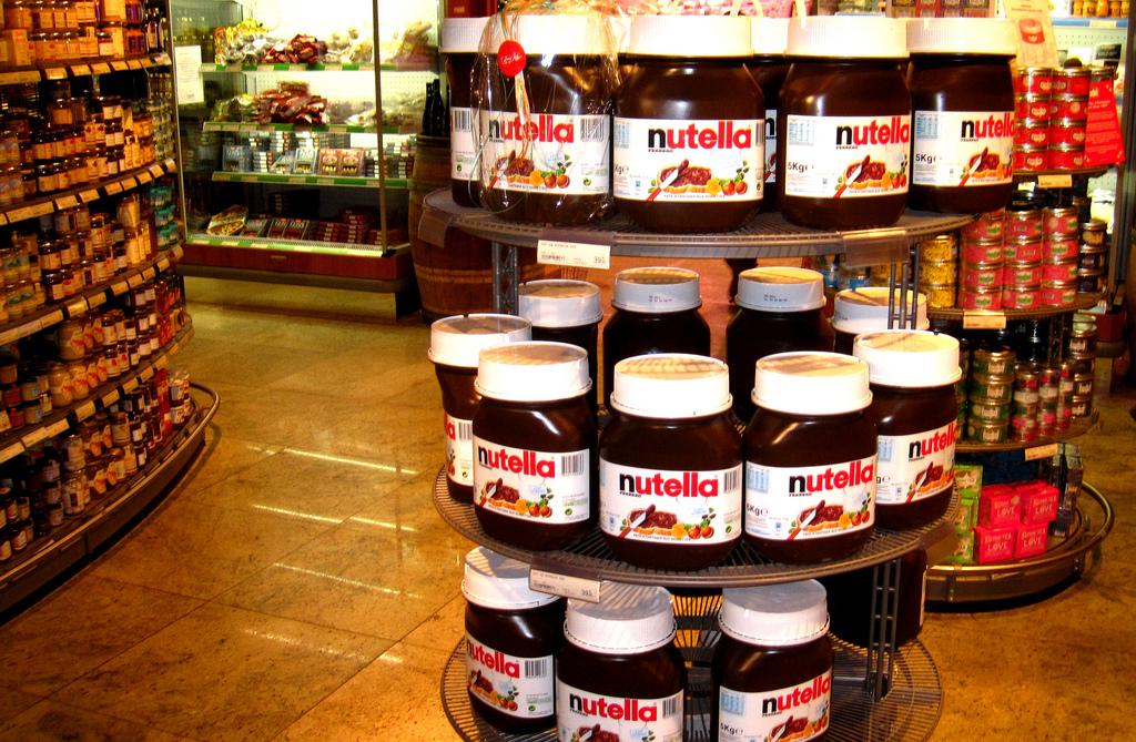 Barattoli di Nutella in esposizione sullo scaffale
