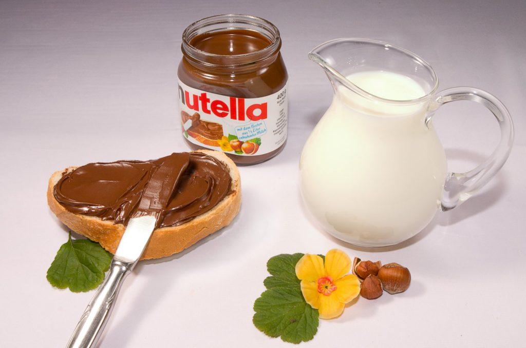 La Nutella spalmata su una fetta di pane: classica merenda italiana