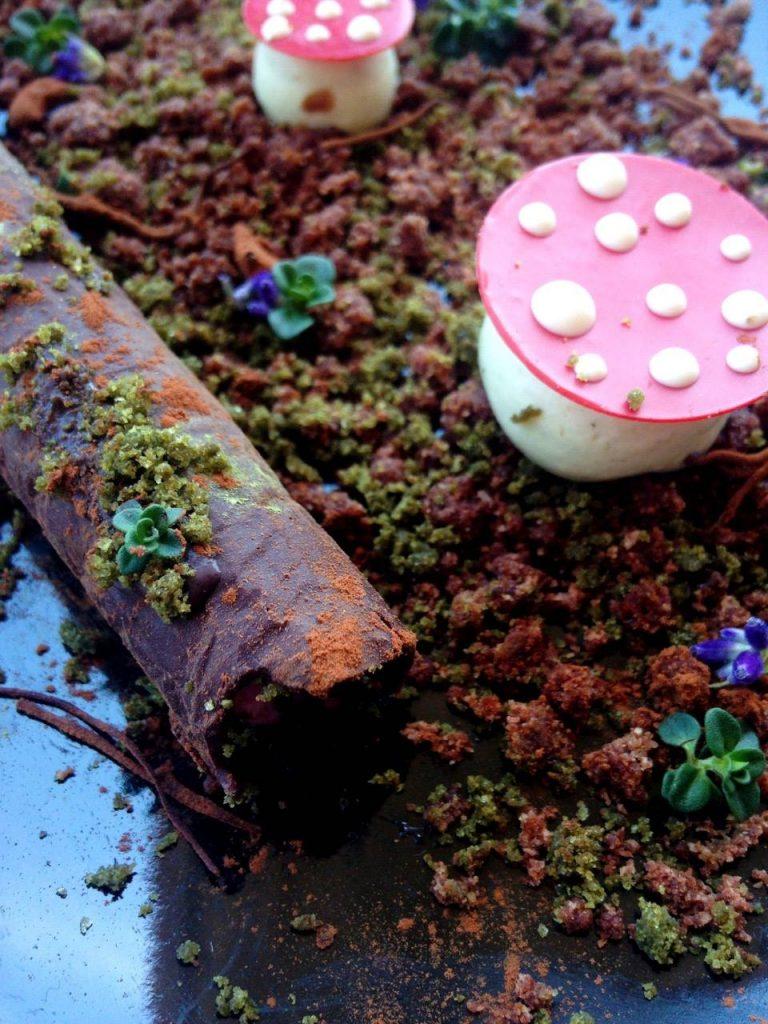 particolare del dolce al cioccolato con forma di fungo