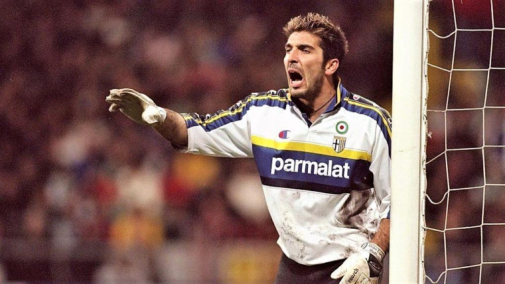 Buffon impegnato a difendere la porta del Parma