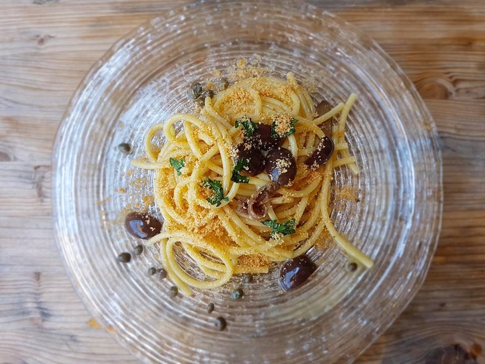 Spaghetti all'eoliana con acciughe, olive, capperi e pangrattato