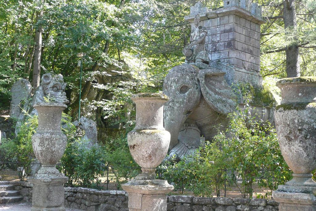 L'enorme elefante del parco, che sta per trucidare il soldato romano