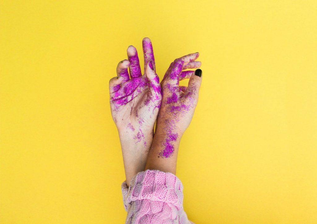 tecnica Dip Powder - colore sulle mani