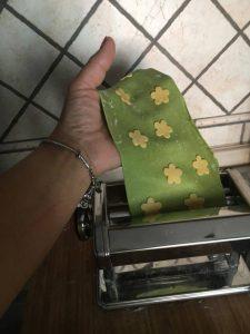 pasta dei ravioli passata nella macchinetta