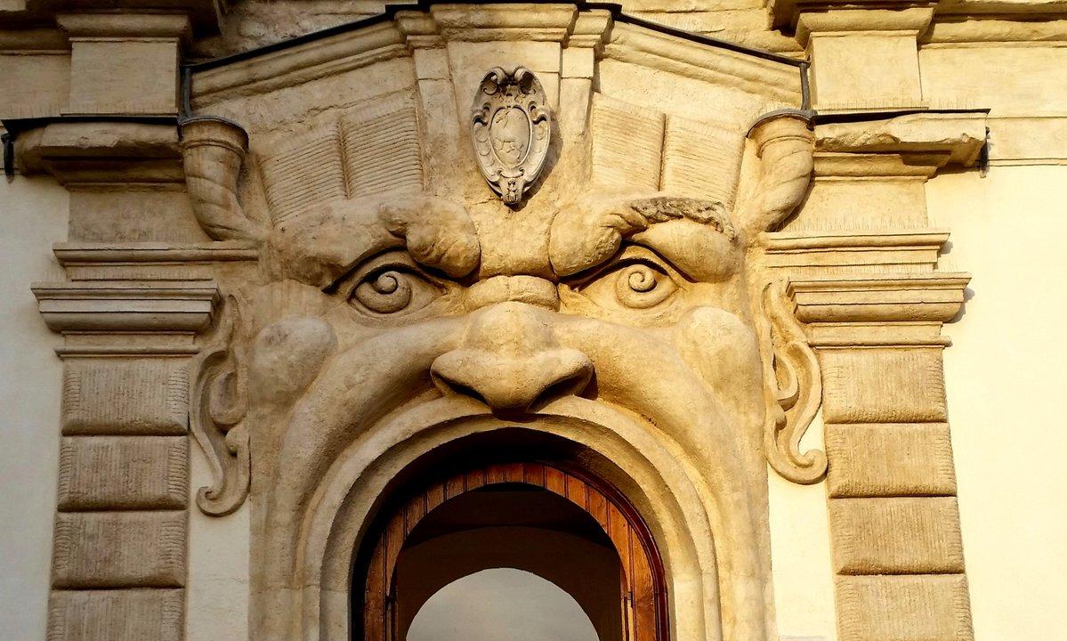 Dettaglio della facciata di Palazzo Zuccari