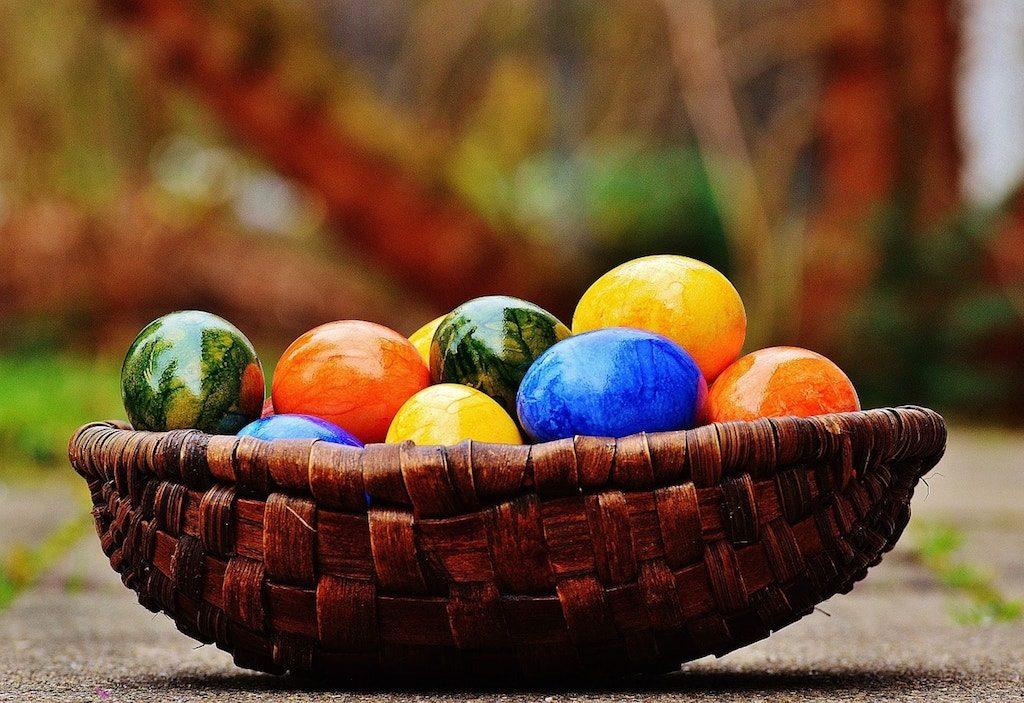 La Pasqua, cesto di uova colorate
