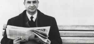 """l'onorevole moro che legge il giornale in giorni lontani dal """"sequestro Moro"""""""