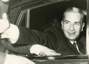 """Aldo Moro saluta i suoi elettori, lontano dai giorni del """"sequestro Moro"""