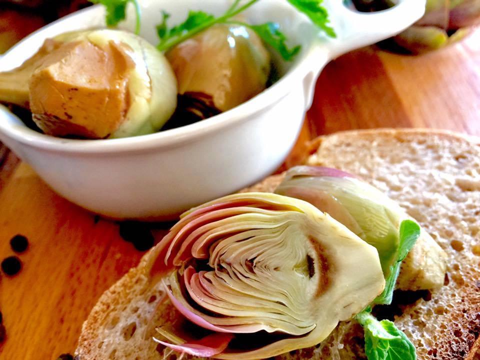 carciofini conditi su fetta di pane