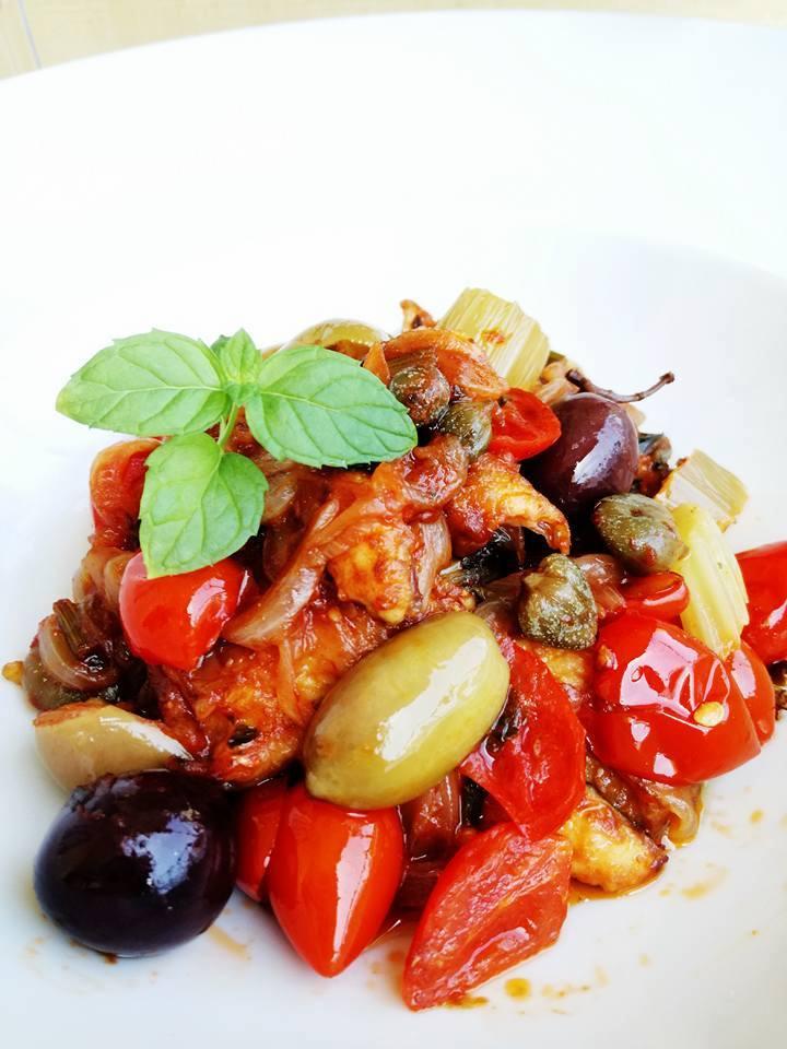 Sgombro a stimpirata con pomodori olive e cipolle