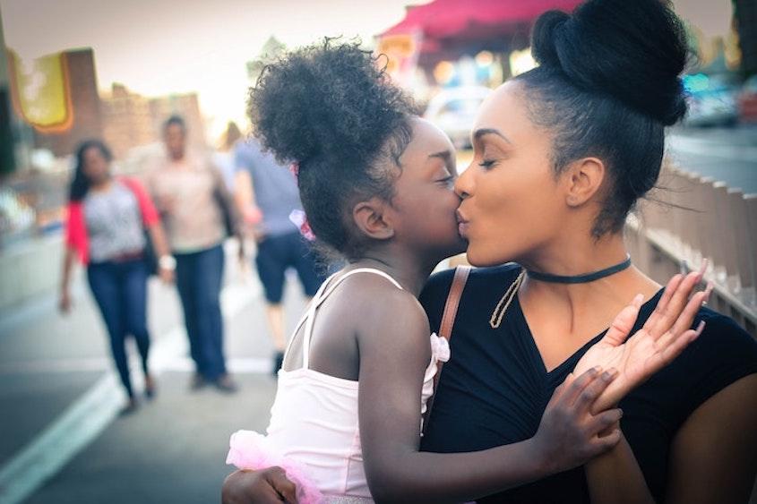 viva la mamma! bacio tra mamma e figlia