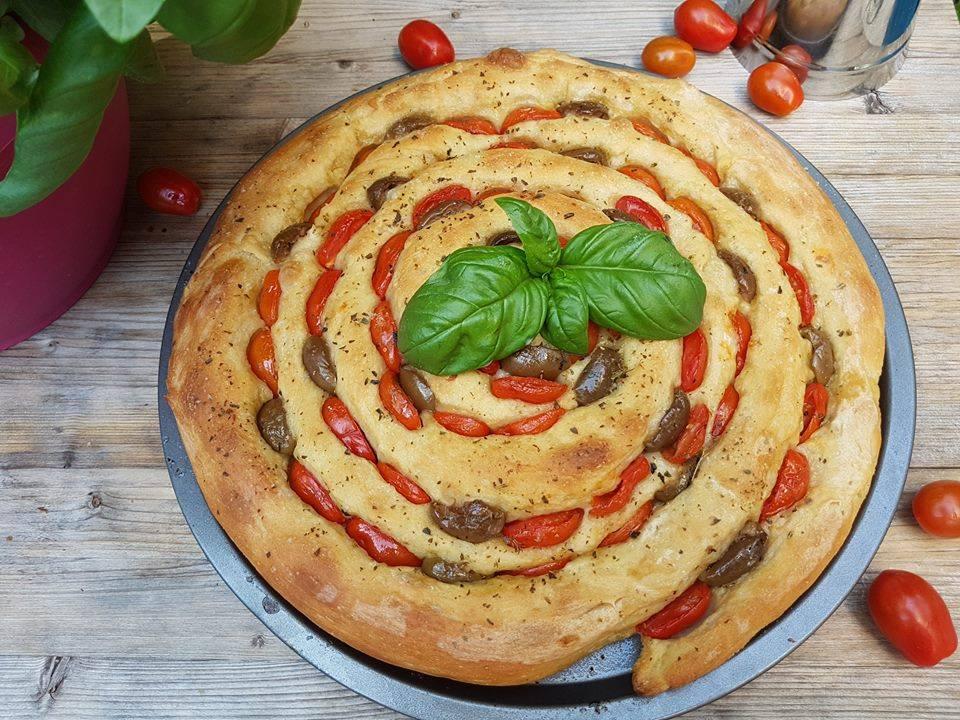 focaccia con pomodorini e olive