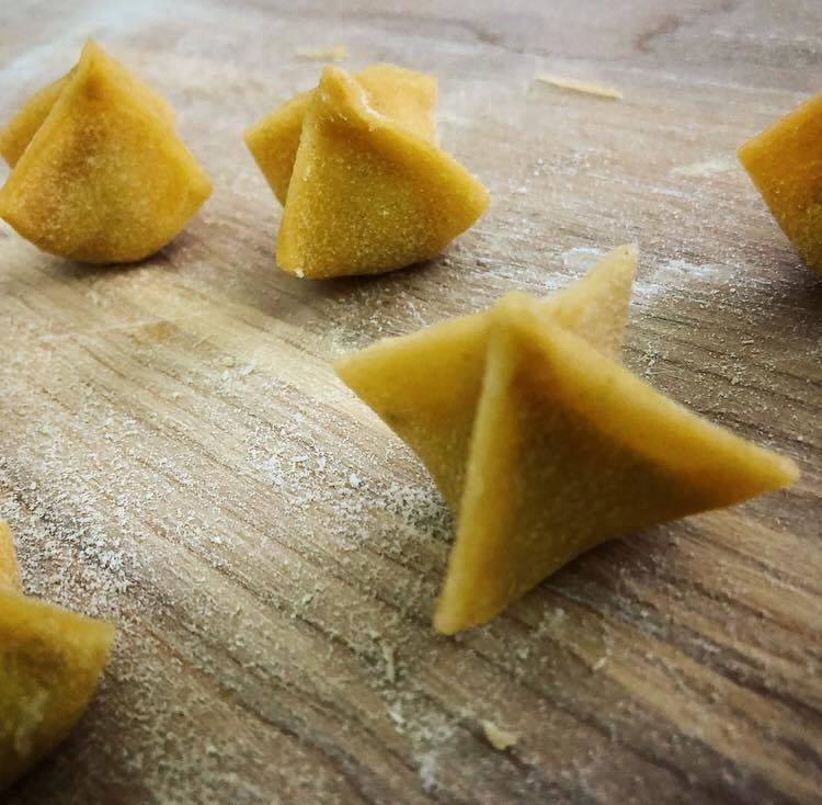 ravioli di pasta a forma piramidale