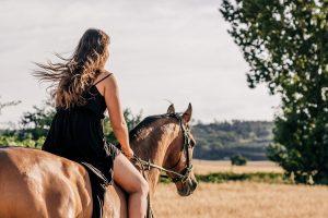 ferragosto - immagine ragazza su cavallo